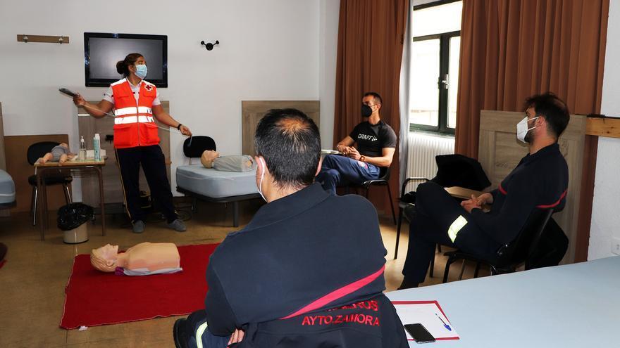 Los bomberos de Zamora se forman en desfibrilación semiautomática de la mano de Cruz Roja