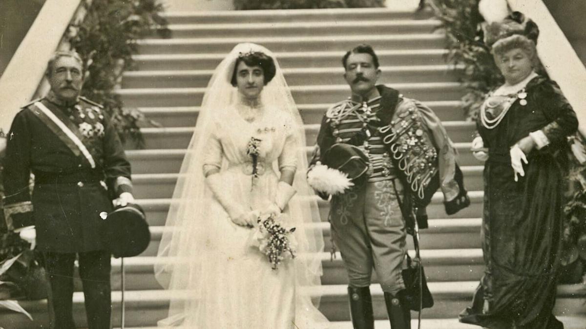 Fotografía da voda de Blanca Quiroga Pardo-Bazán e José Cavalcanti de Alburquerque e Padierna no pazo de Meirás, con Emilia Pardo Bazán como madriña.   | // ARQUIVO DA REAL ACADEMIA GALEGA