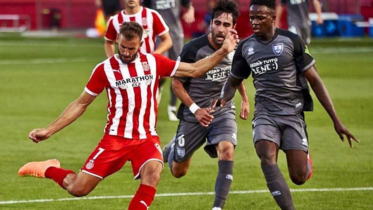 Stuani remata ayer en Montilivi ante dos jugadores del Numancia.