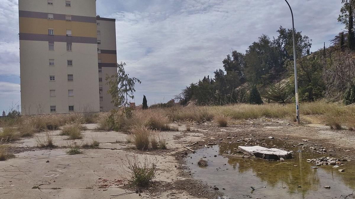 El extinto campo de fútbol, con uno de los bloques de La Palma al fondo.
