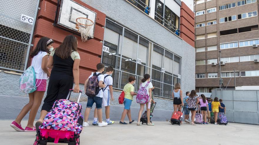 """Madres y padres denuncian que Educación """"abandona"""" a los escolares por el conflicto del transporte escolar"""