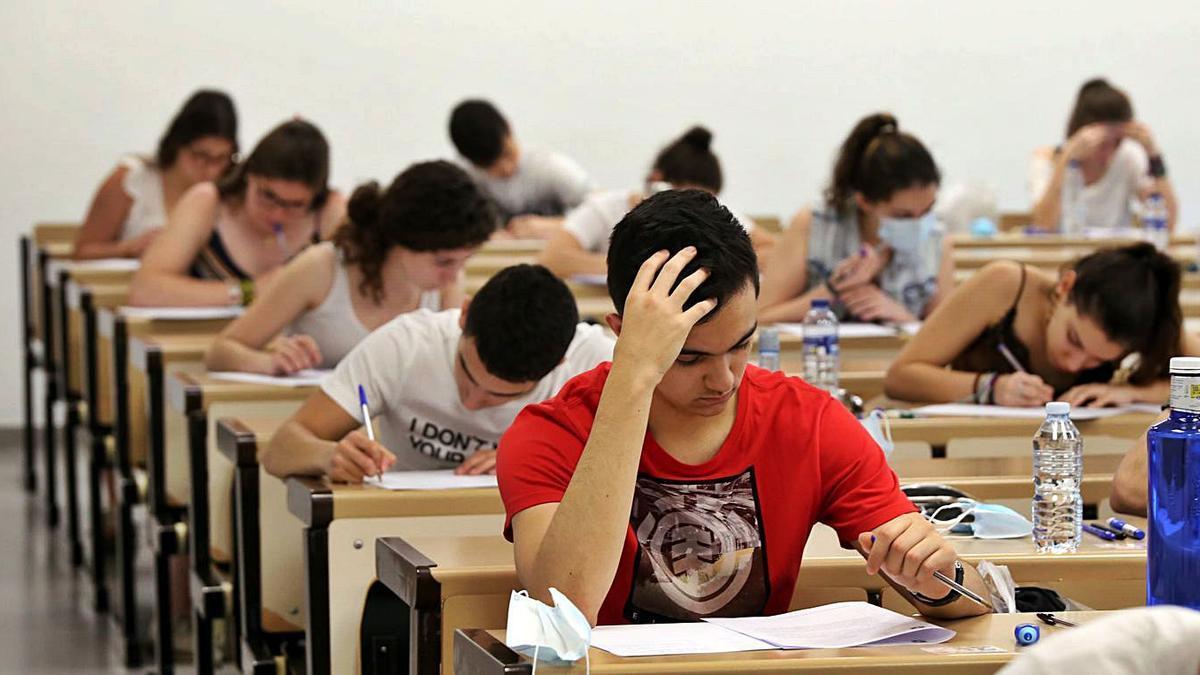 Estudiantes realizan la prueba de la EBAU.   R. Cacho - Ical
