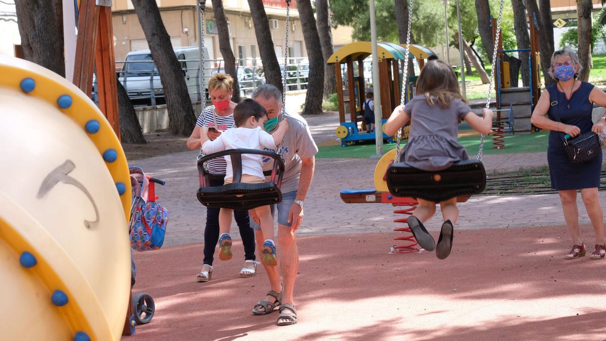 Niños en un parque infantil de Elda