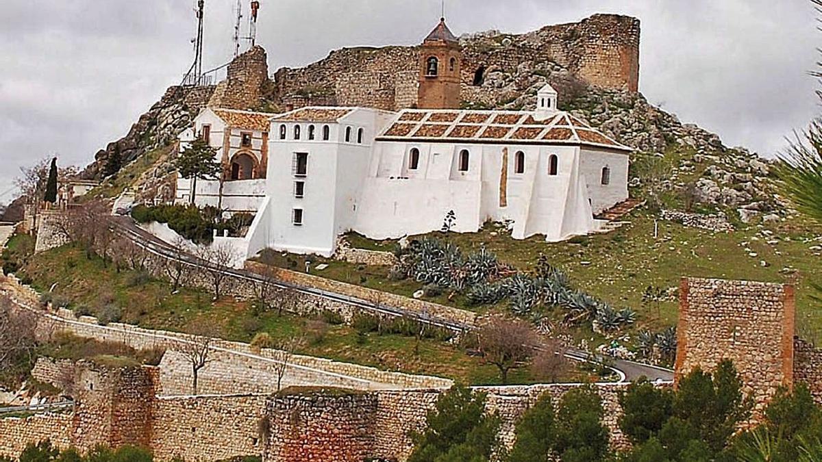 Vista del cerro con la ermita de la Virgen de Gracia y la parte alta a restaurar. | L.O