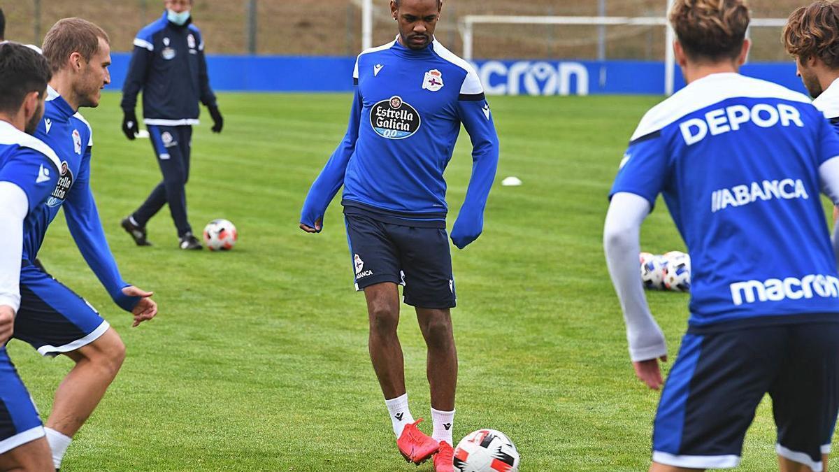 Diego Rolan con el balón en un entrenamiento en Abegondo la semana pasada. |  // CARLOS PARDELLAS