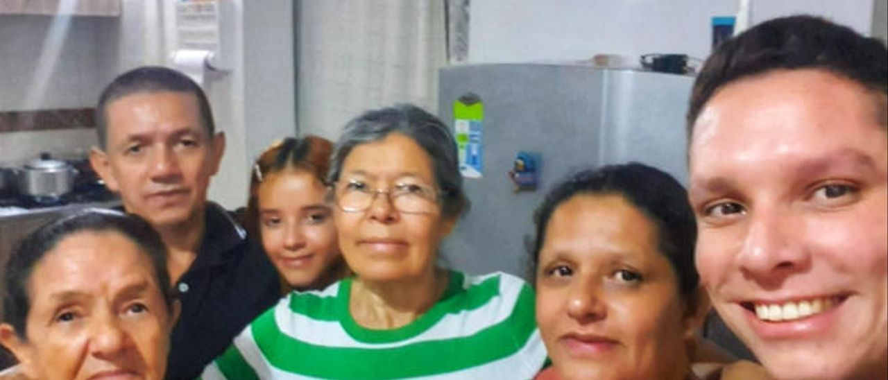 Luz Ortiz (en el centro de la imagen con camiseta de rayas) junto a sus hermanos y sobrinos en Colombia.