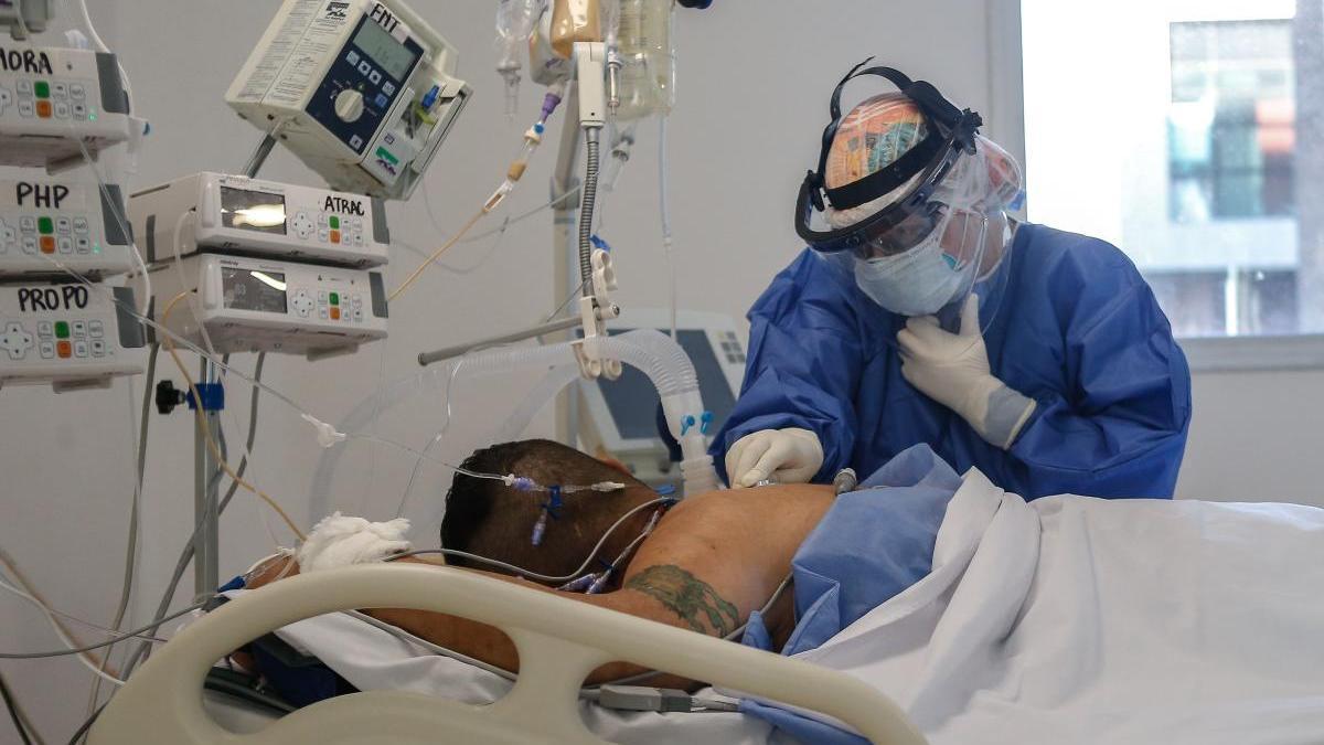 Un médico atiende a una persona con coronavirus en Buenos Aires.