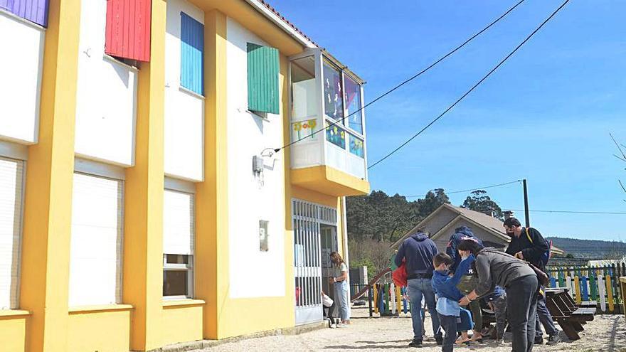 El Concello habilita una cubierta en el patio de la escuela unitaria de Aralde