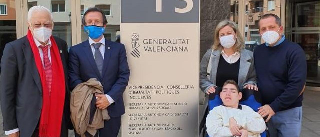 Marc y su familia, con el padre Ángel y José Osuna.