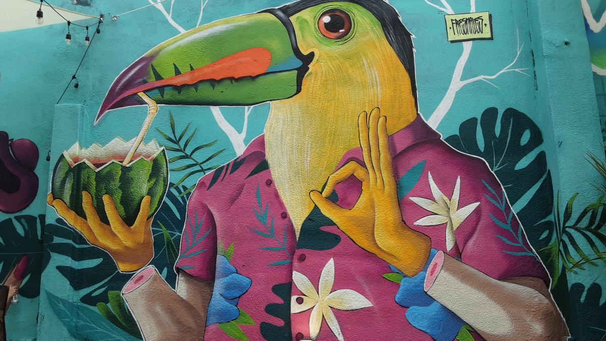 Los muros que rodean el restaurante con grafitis de la primera edición del encuentro de artistas urbanos.