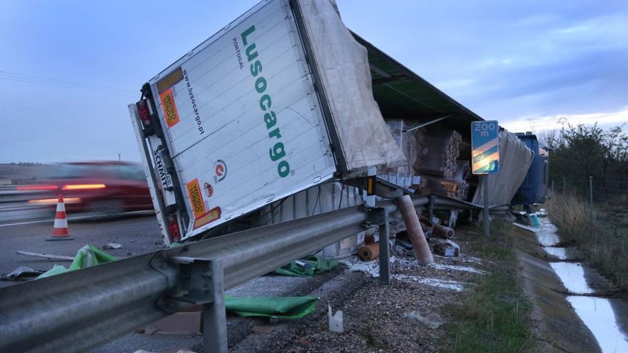 El camión volcado en la vía.