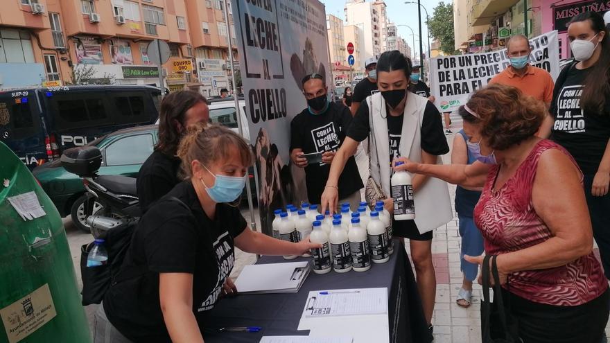 Ganaderos advierten de los bajos precios de la leche con el reparto de 500 litros en Málaga