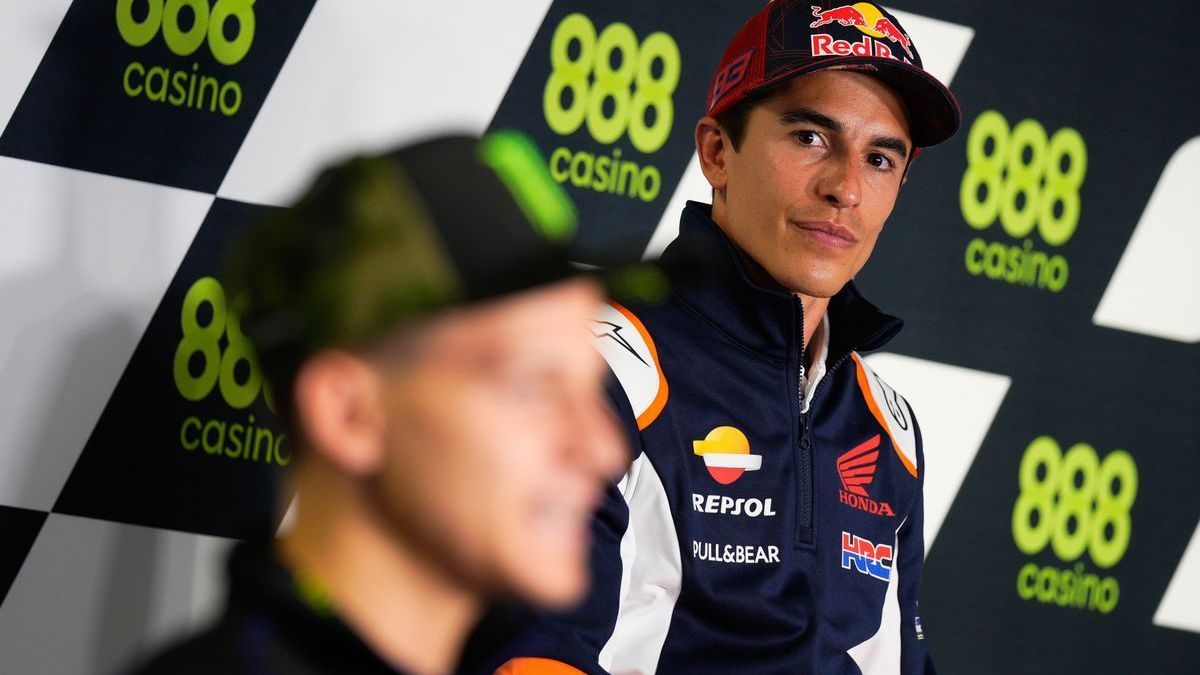 Marc Márquez (Honda) mira a Fabio Quartararo (Yamaha), en la conferencia de prensa de Portimao.