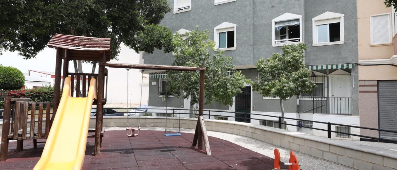 Inmediaciones de la vivienda de La Hoya donde vive la pareja detenida tras la muerte de un bebé de la madre