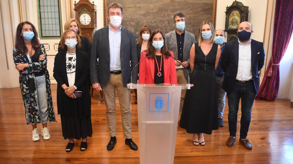 Inés Rey, con los miembros de su Gobierno local, en una imagen de septiembre. Eva Martínez Acón se sitúa detrás de ella.