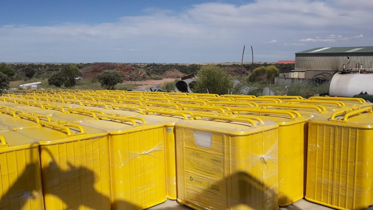 Contenedores de basura de color amarillo dedicados al reciclaje de envases.
