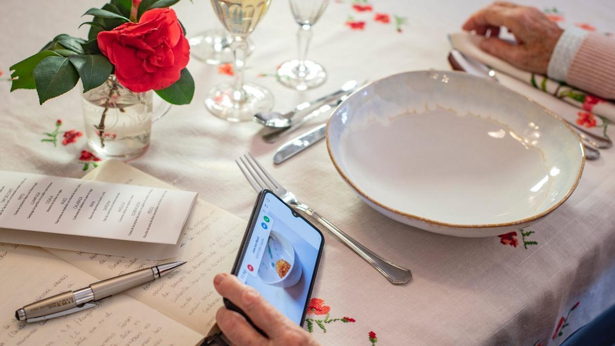 Un usuario consulta la Guía Repsol en su móvil