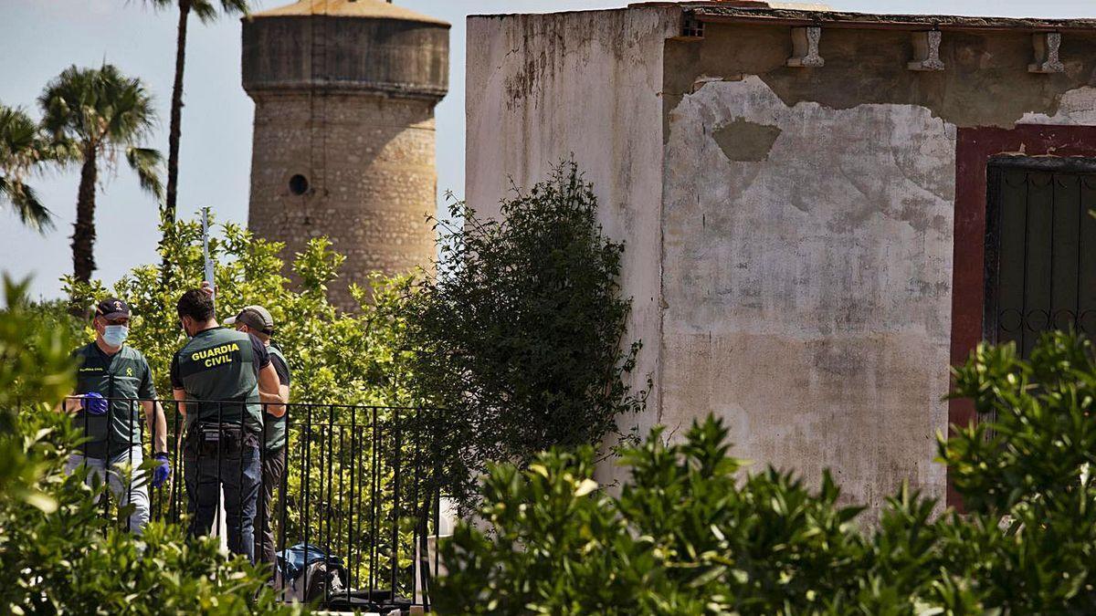 Agentes de la Guardia Civil llevan a cabo un minucioso rastreo en el pozo de la finca de Carcaixent
