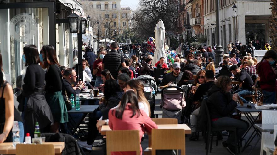 Italia registra 17.400 nuevos casos mientras la tasa de positivos se acerca al 7%