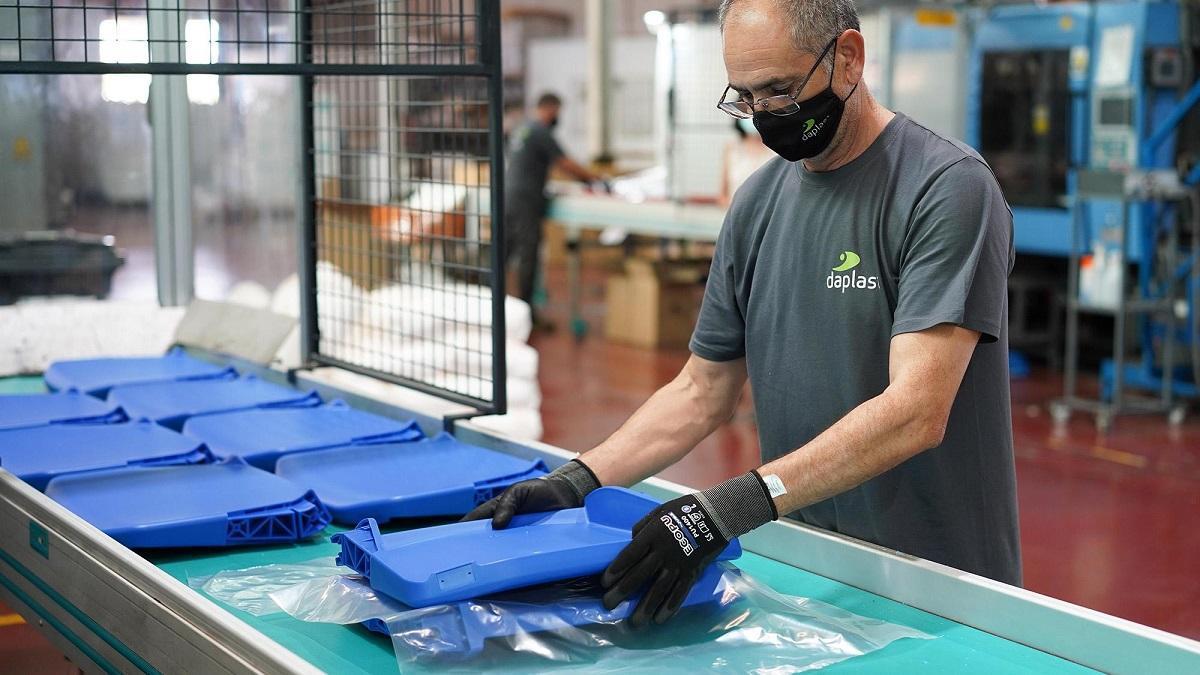 Un operario de Daplast durante el proceso de fabricación de asientos.