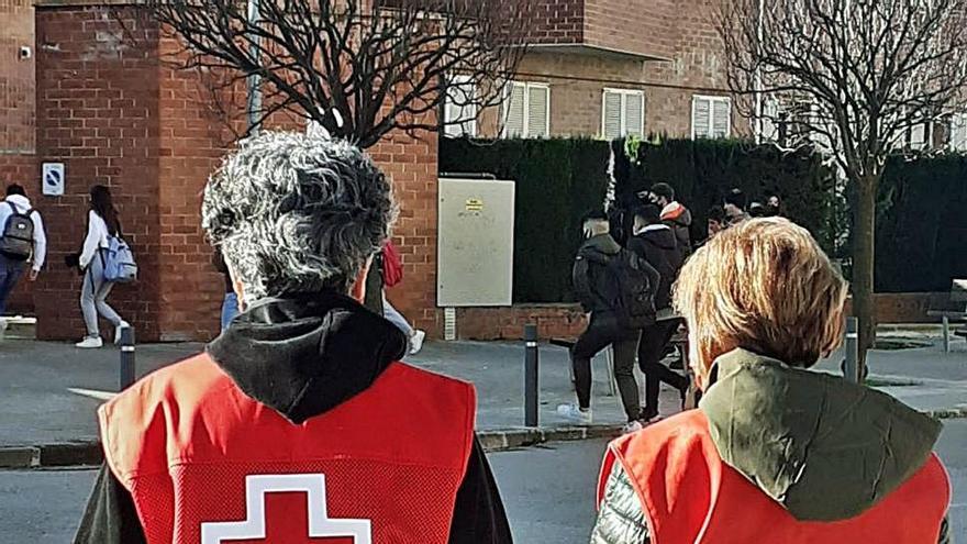 Els agents de salut informen sobre la covid pels carrers a Gironella