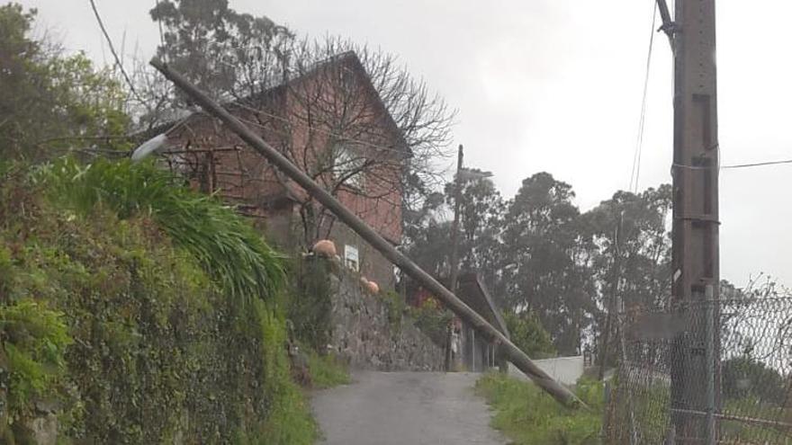 El temporal arrasa con postes, árboles y farolas en Poio