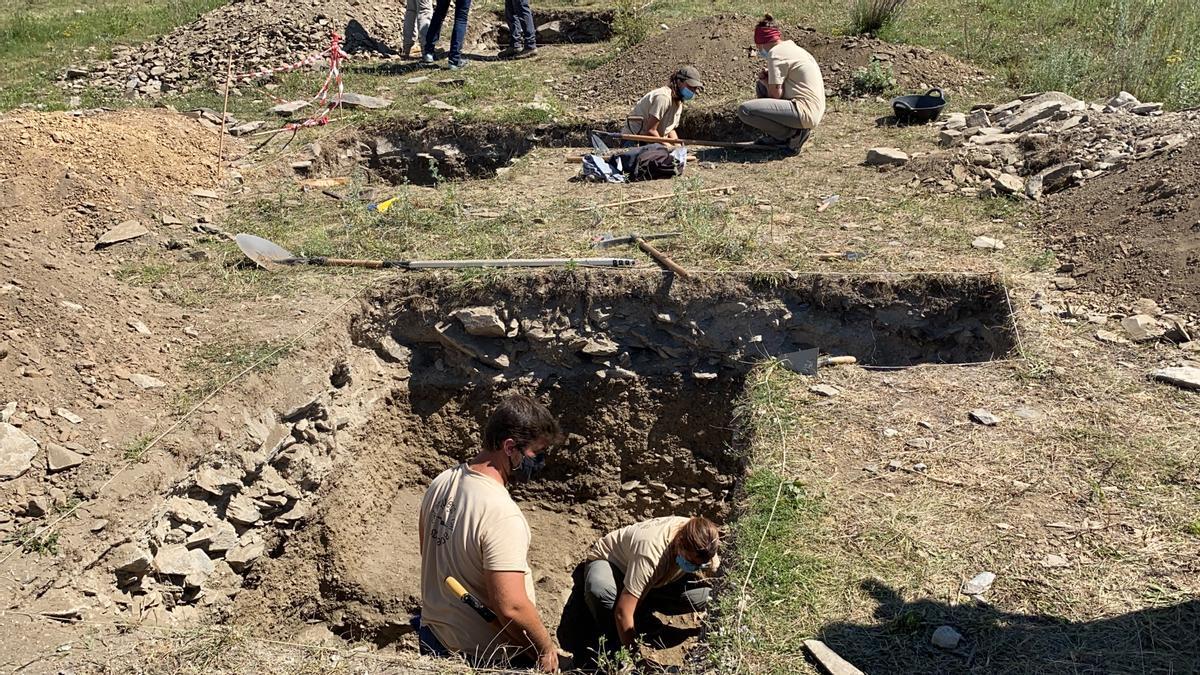 Arqueòlegs treballant al castell de Llívia aquest juliol