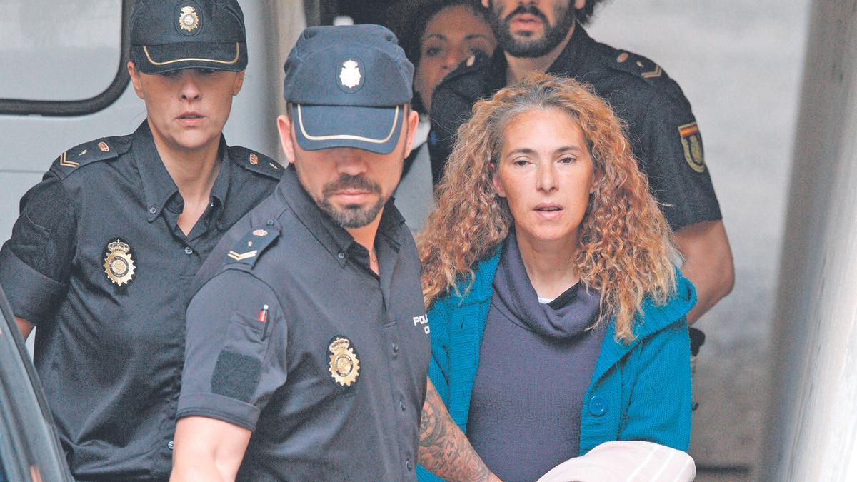 La conocida como viuda  negra, en uno de sus traslados a los juzgados de Alicante para realizar diligencias.
