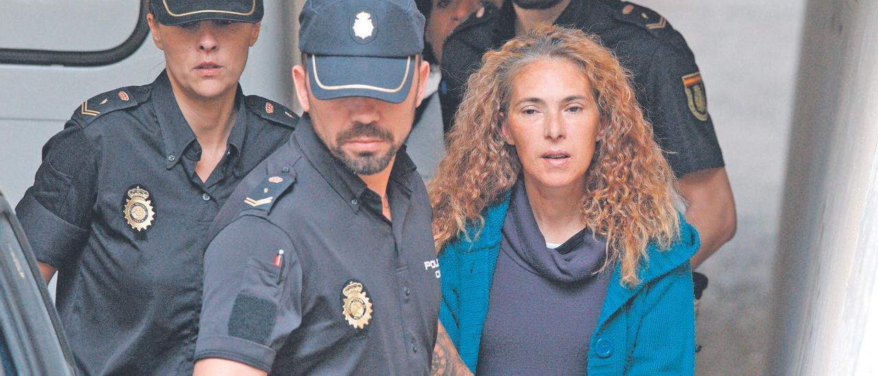 La conocida como viuda  negra, en uno de sus traslados a los juzgados de Alicante para realizar diligencias. ALEX DOMÍNGUEZ