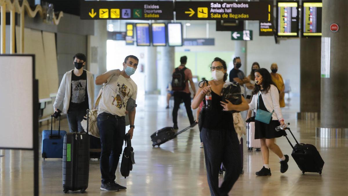 Turistas en el aeropuerto de Manises