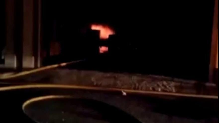 Un incendio en una nave de plásticos de Riba-roja se propaga a un restaurante