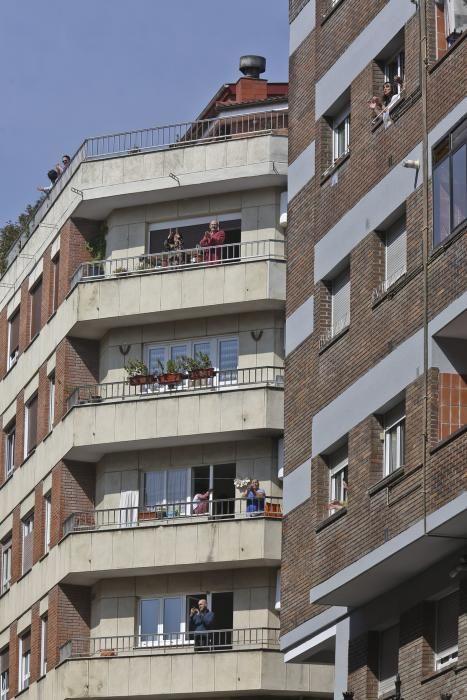 Los vecinos de El Naranco toman vermú juntos