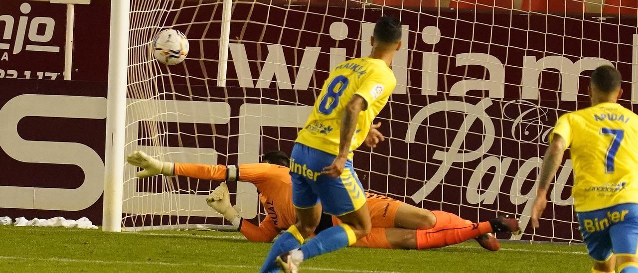 Momento en el que Maikel Mesa anota el penalti del empate para la UD