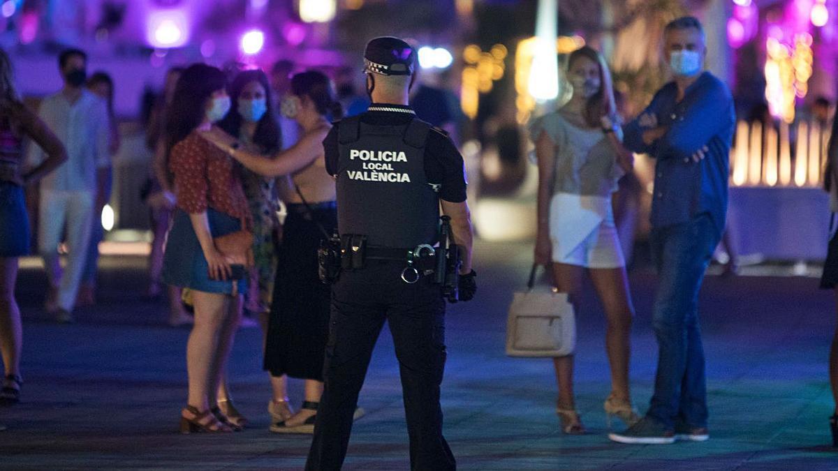 Control policial en una zona de ocio nocturno, antes de que se decretase su cierre.   FERNANDO BUSTAMANTE