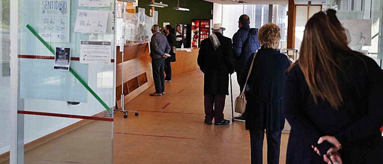 Colas en la recepción de un centro de salud de Vigo.   | // PABLO HERNÁNDEZ