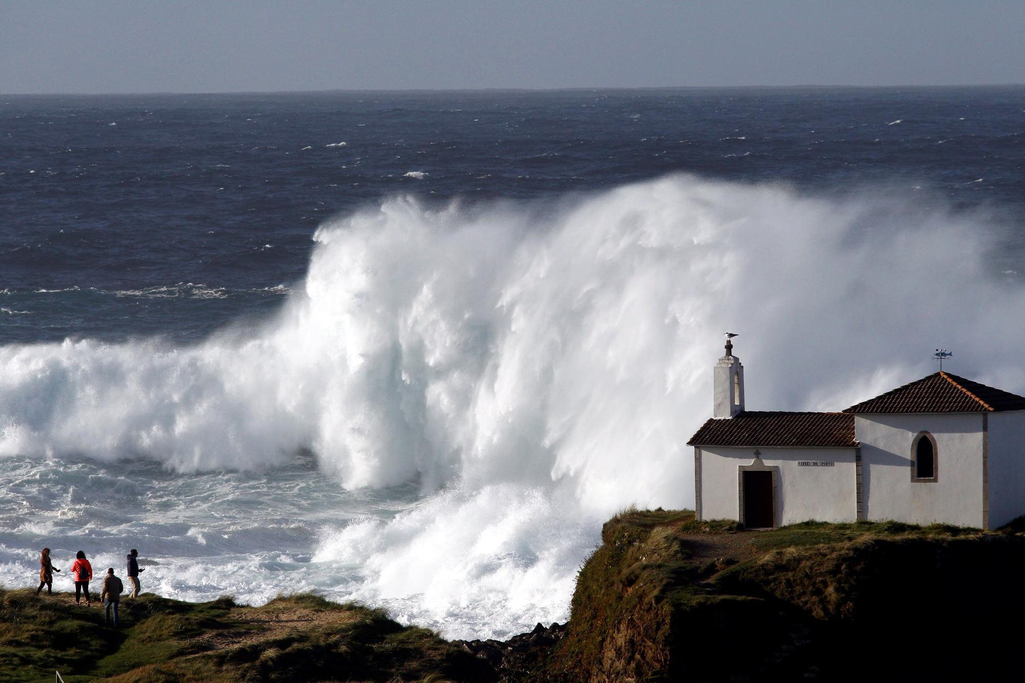 Alerta roja en la costa de Galicia por la llegada de grandes olas procedentes de una tormenta en el norte de Europa.
