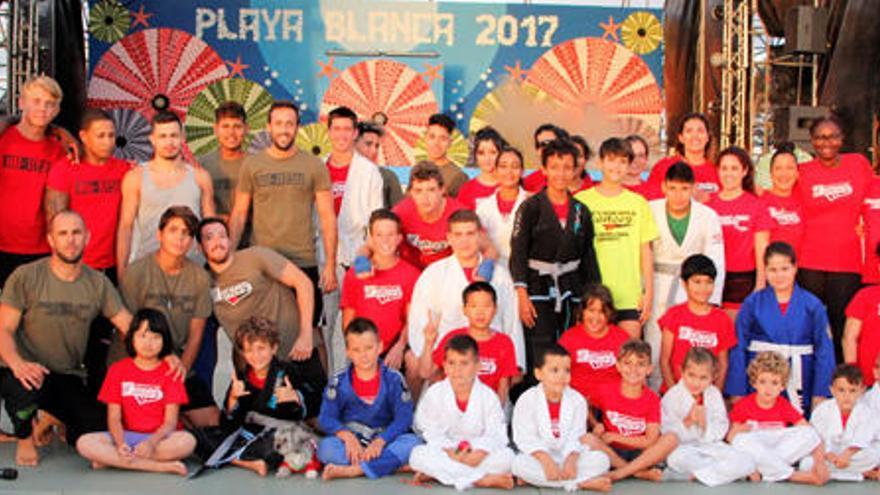 La Escuela Mencey se exhibe en la plaza de Playa Blanca