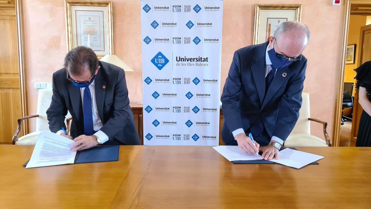 El rector de la UIB, Llorenç Huguet, y el director general de Endesa en Baleares, Martí Ribas, firman un protocolo de colaboración en proyectos de transición energética