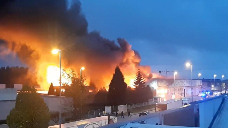 Sucesos en Galicia | Alerta por un incendio que afecta a varios naves de un polígono de Lugo