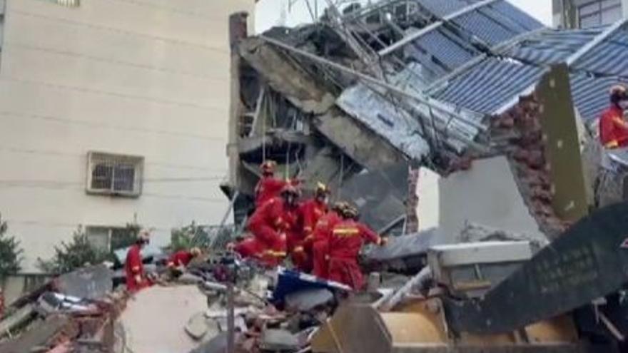 Ocho muertos y varios desaparecidos al derrumbarse un hotel en China