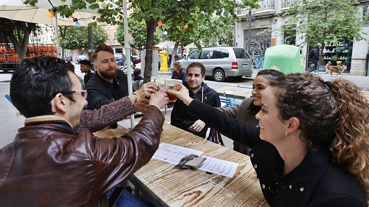 Los bares podrán recibir desde el domingo a más de seis comensales hasta un total de 10.   GERMÁN CABALLERO