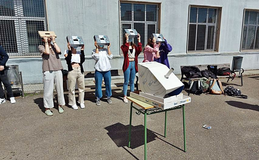Alumnos del IES Jovellanos siguiendo el eclipse. | Alfonso Coya