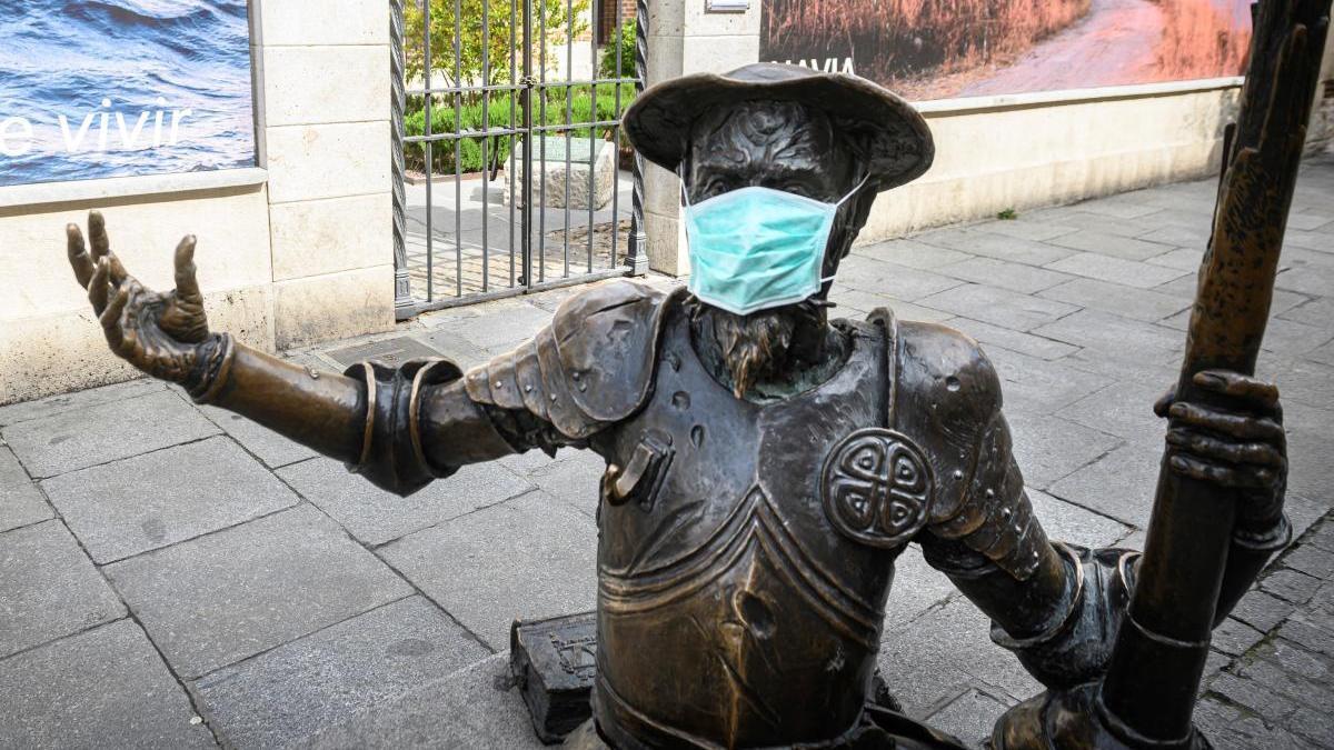 La estatua de don Quijote en Alcalá de Henares, con mascarilla.