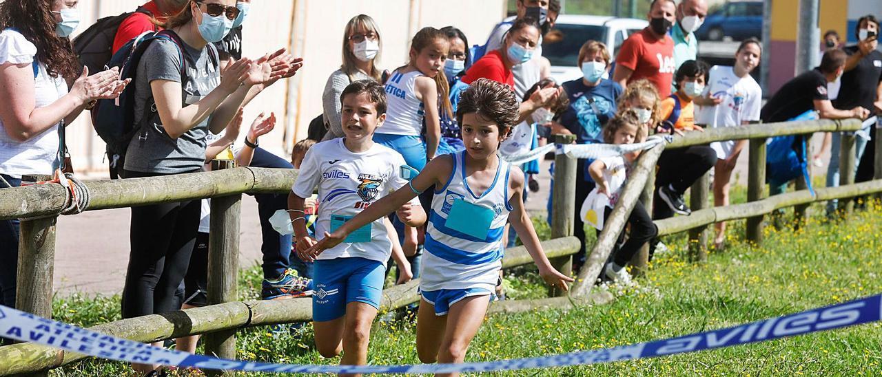 Uno de los competidores a punto de cruzar la meta, ayer, en el pabellón de La Magdalena.