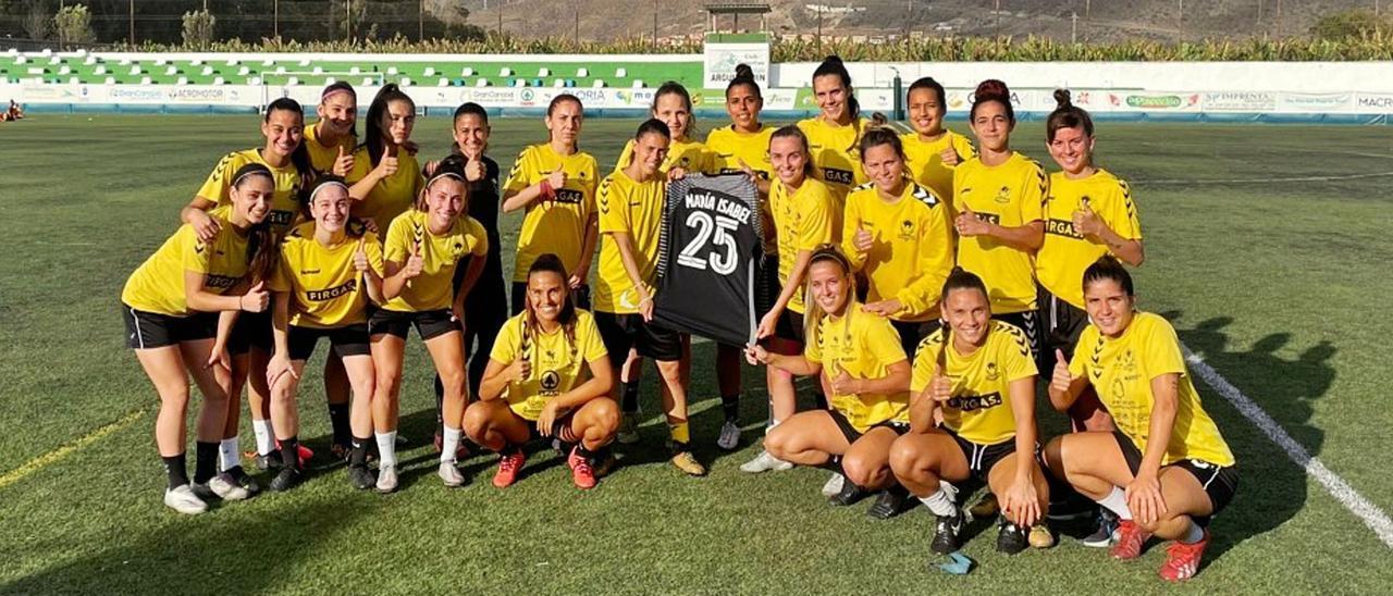 Las jugadoras del CD Femarguín, equipo de la Liga Reto Iberdrola, posan con una camiseta de María Isabel Misa Rodríguez en apoyo a la portera grancanaria antes del entrenamiento de ayer en Arguineguín. | | LP/DLP