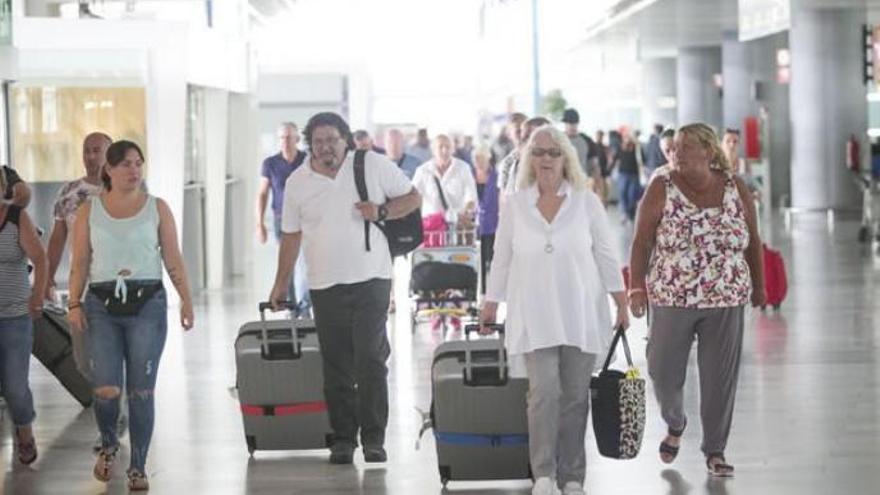 Tres personas, detenidas por falsedad documental en el aeropuerto de Fuerteventura