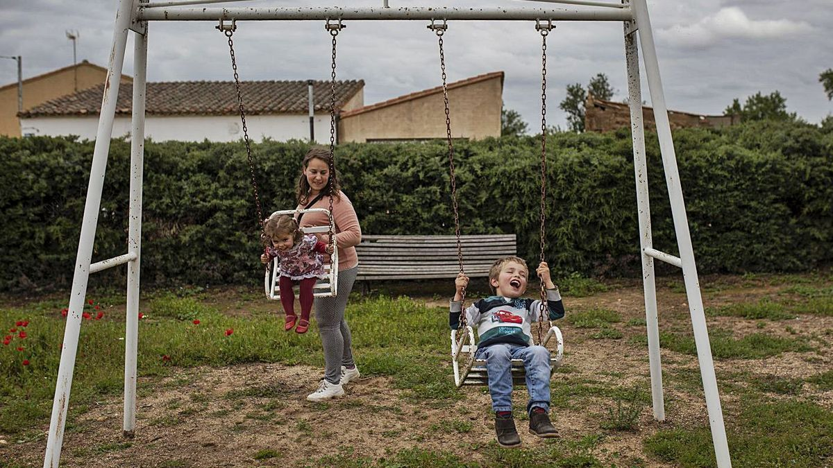 Una madre celebra el fin del confinamiento con sus hijos en Pobladura de Valderaduey. | Emilio Fraile