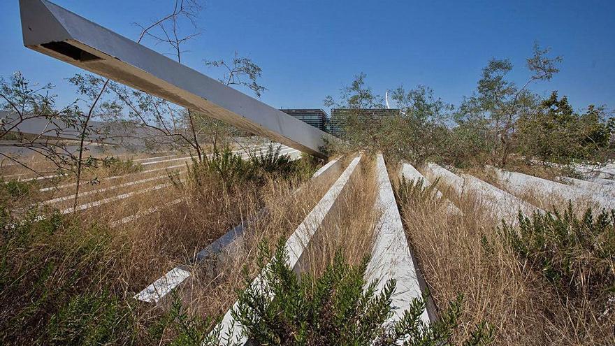 Las lamas inservibles del Ágora llevan una década tiradas en un solar