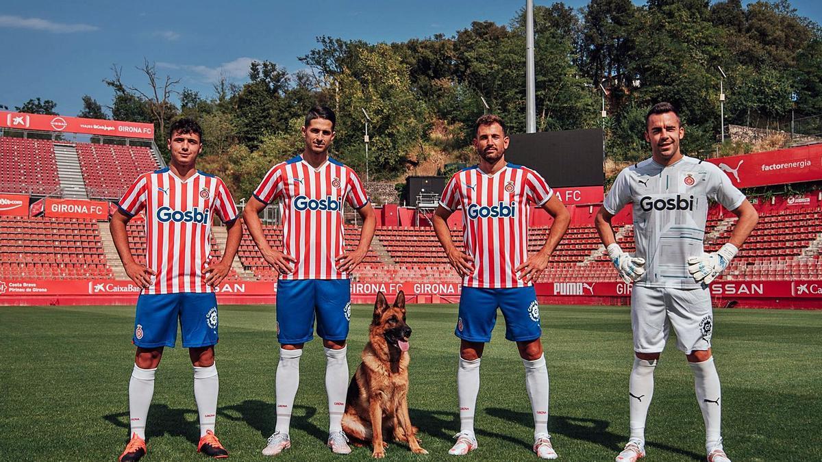 Arnau, Juanpe, Stuani i Juan Carlos, amb un pastor alemany a Montilivi durant un moment de l'espot publicitari