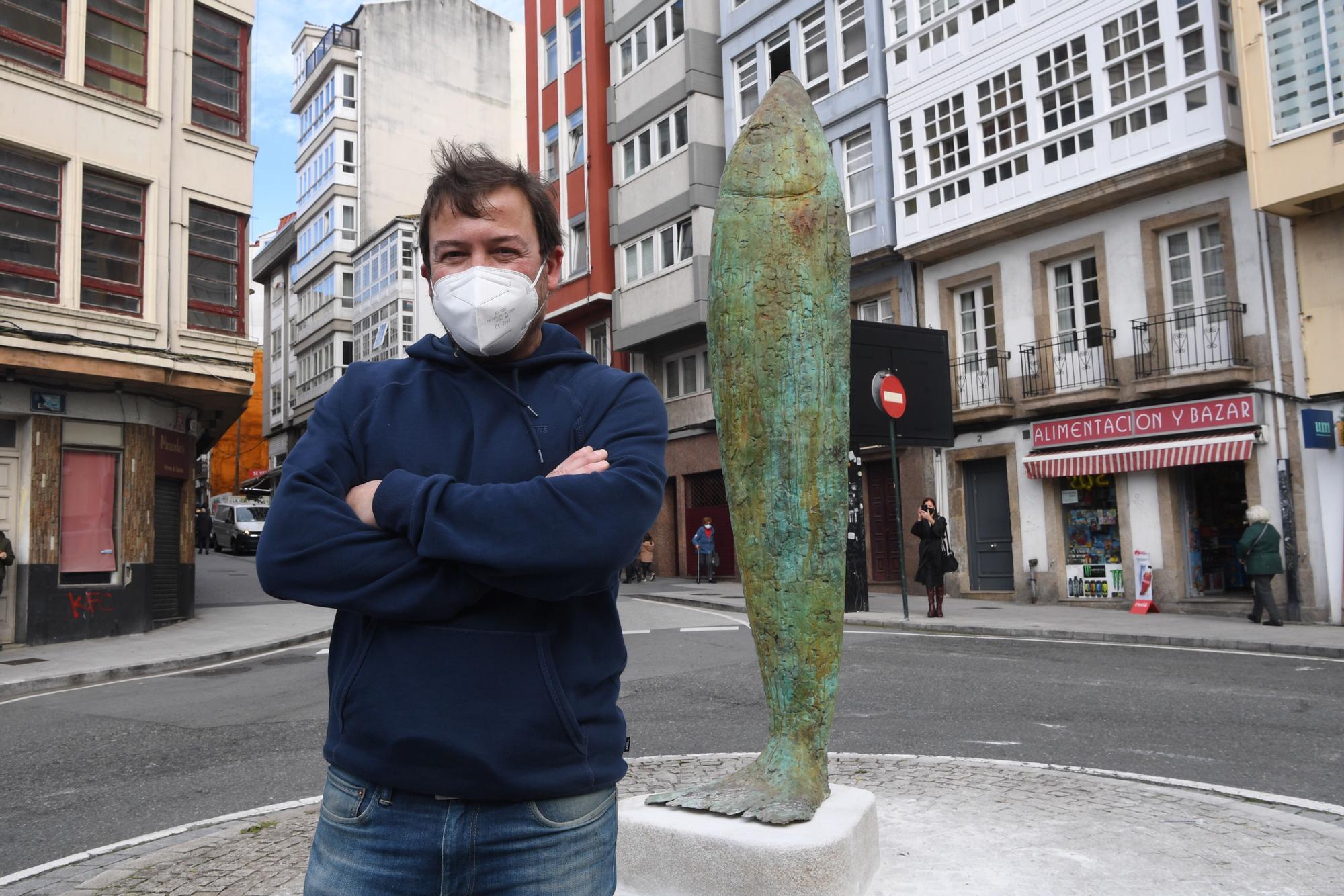 La escultura de una sardina en el Campo da leña rinde homenaje al Entroido coruñés y a la fiesta de San Juan